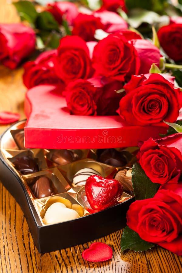 Scatola di tartufi di cioccolato con le rose rosse fotografia stock