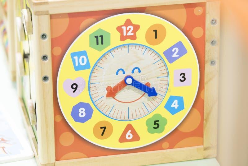 Scatola di tempo di legno - il giocattolo impara e gioca con tempo fotografia stock