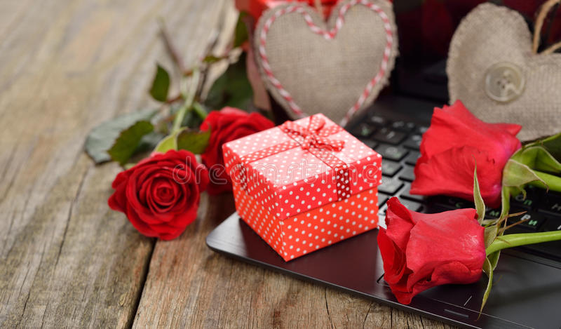 Scatola e rose rosse fotografia stock libera da diritti