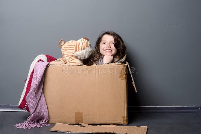 Scatola felice di carta e del bambino fotografie stock