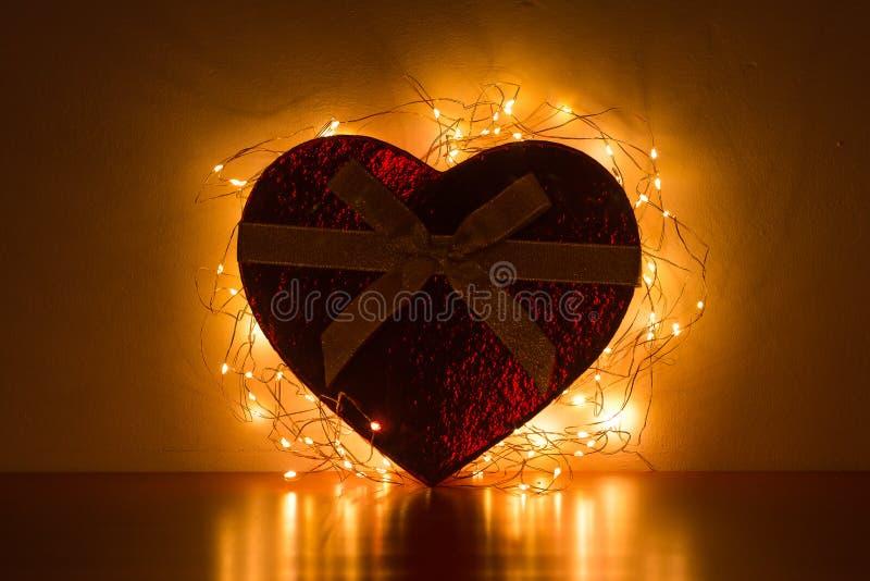 Scatola in forma di cuore con le luci fotografia stock libera da diritti