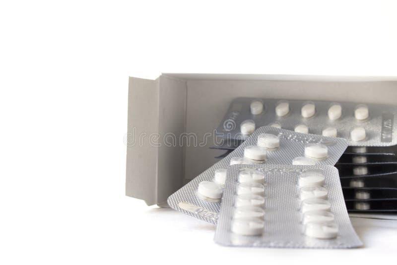 Scatola medica isolata della pillola su fondo bianco fotografie stock