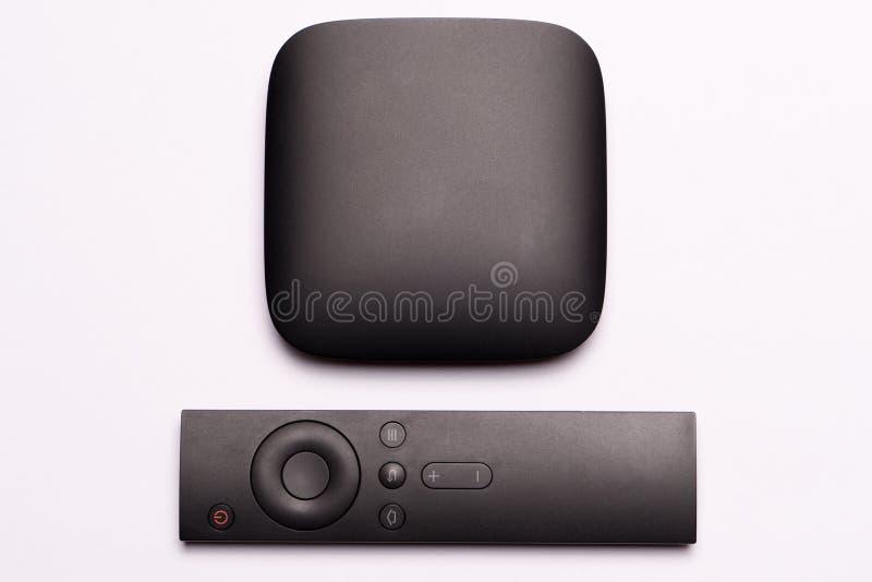 Scatola nera di multimedia TV e regolatore a distanza fotografia stock libera da diritti