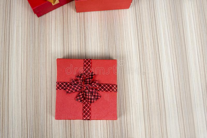 Scatola operata Sopra la tavola di legno fotografia stock