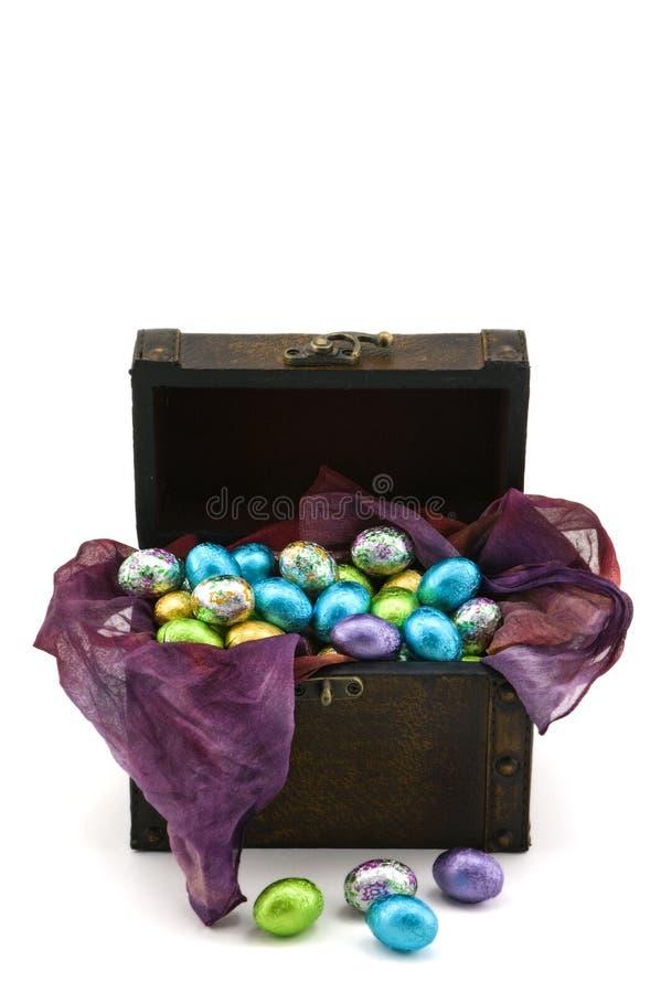 Scatola in pieno di uova di cioccolato fotografia stock