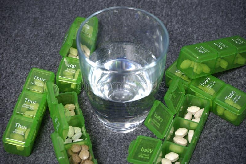 Scatola quotidiana della pillola con le pillole mediche fotografia stock