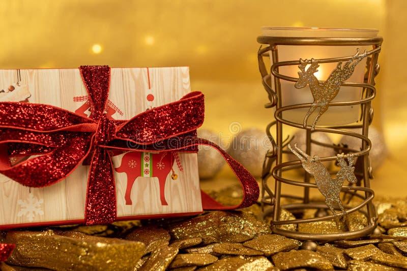 Scatola regalo natalizia con renna e bauble rosso immagine stock libera da diritti