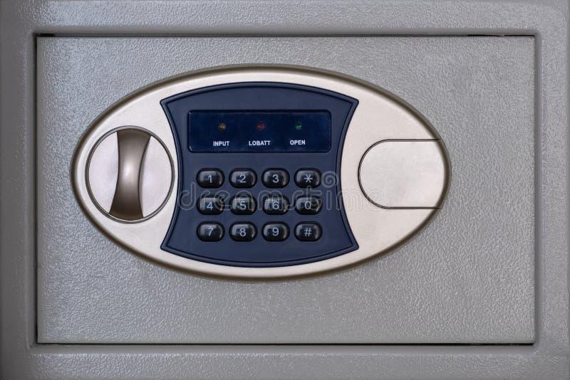 Scatola sicura con la serratura a combinazione Concetto di stoccaggio dei soldi Servizio finanziario in una banca o in un hotel fotografie stock libere da diritti