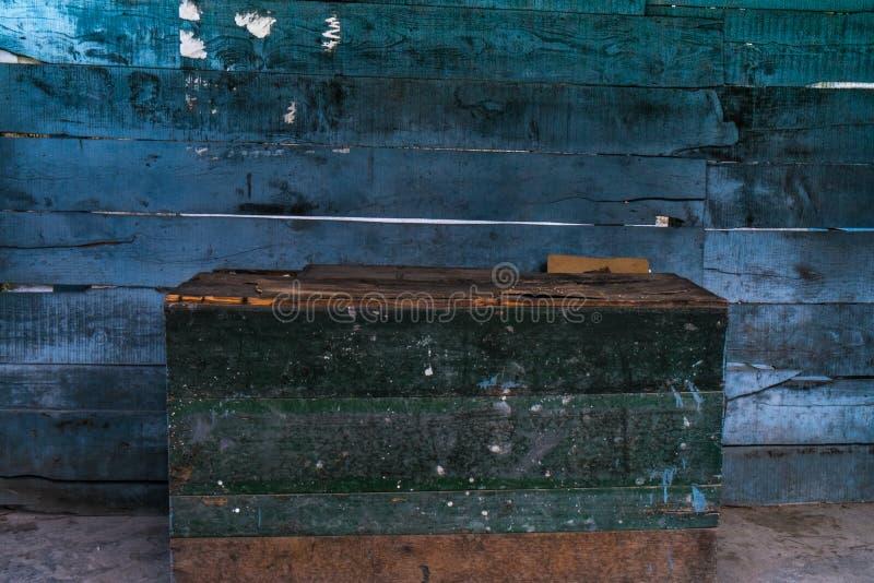 Scatola verde con la parete di legno blu immagini stock