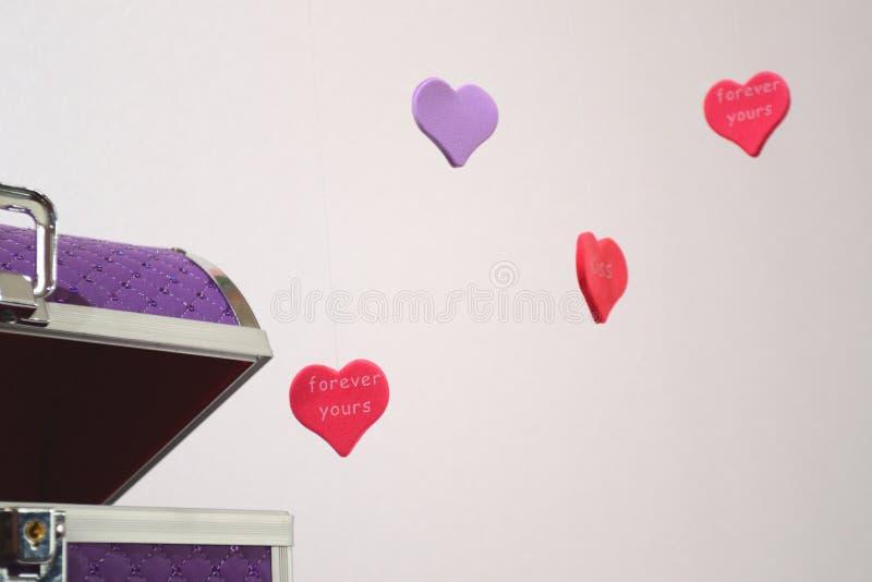 Scatola viola di cuore immagine stock