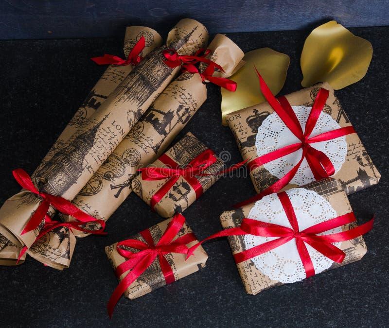Scatole attuali fatte a mano di Natale decorate con pizzo ed il nastro immagini stock libere da diritti