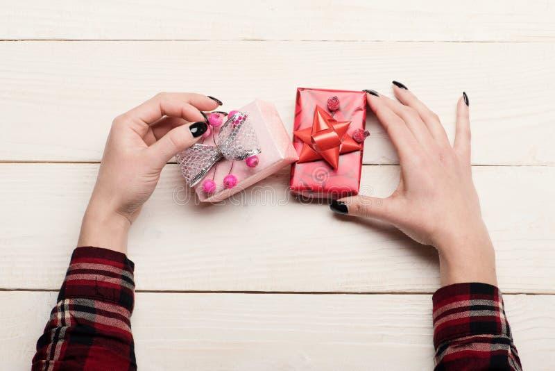 Scatole attuali per la notte di Natale Festa e concetto di sorpresa fotografie stock libere da diritti