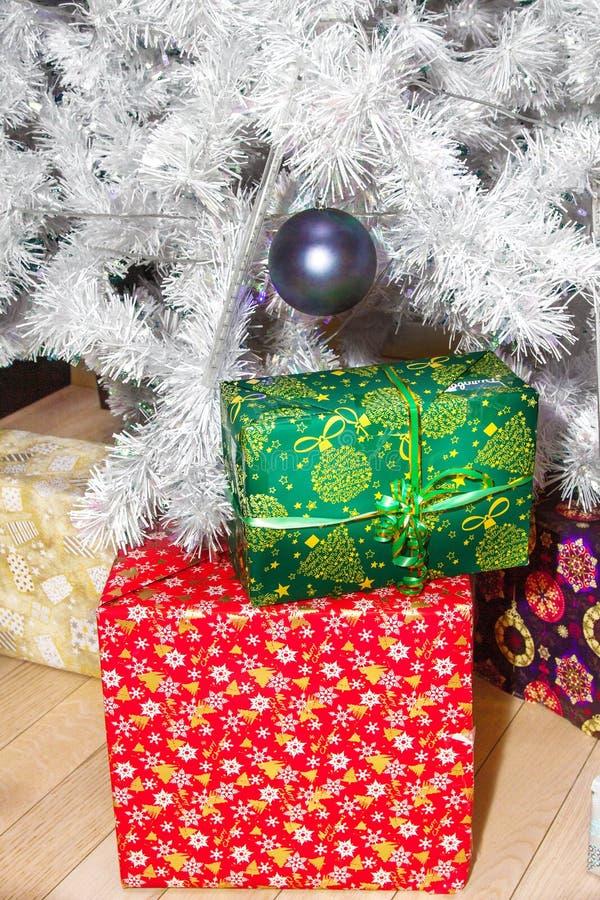 Scatole con i regali sotto l'albero di Natale fotografia stock