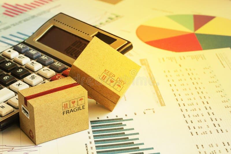 Scatole di cartone d'imballaggio con il calcolatore e questo tipo di finan immagine stock libera da diritti