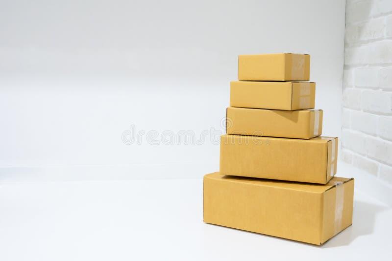 Scatole di cartone impilate sulla tavola con lo spazio della copia fotografia stock libera da diritti