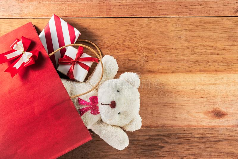 Scatole di regalo e dell'orsacchiotto in sacchetto della spesa fotografia stock