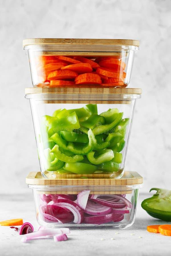 Scatole di vetro con le verdure crude fresche Preparazione sana del pasto - foto della preparazione di ricetta Piatti sani del ve immagine stock libera da diritti