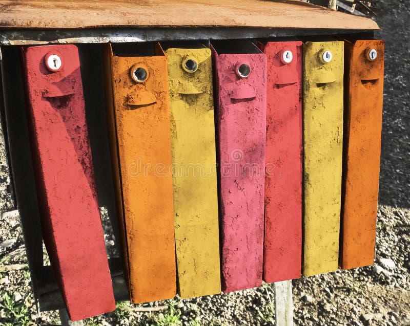 Scatole multicolori d'annata della posta all'aperto fotografia stock