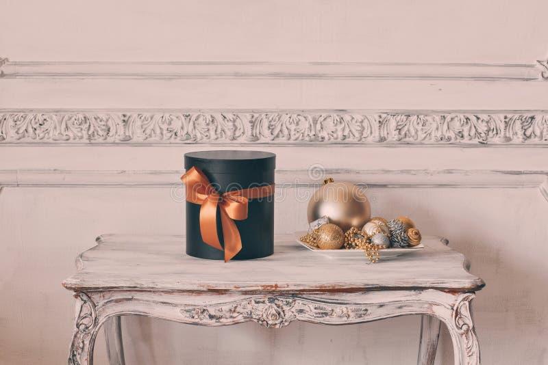 Scatole nere avvolte del regalo con i nastri come i regali di Natale su una parete bianca di lusso della tavola progettano lo stu fotografia stock libera da diritti