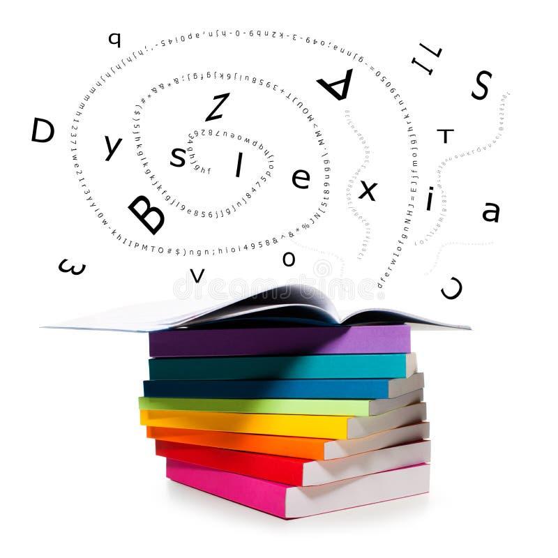 Scatteret-Buchstaben, die von den Büchern und von der Wortdyslexie fliegen lizenzfreie stockbilder