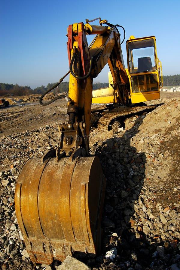 Scavatore scavi fuori nel paesaggio industriale fotografia stock libera da diritti