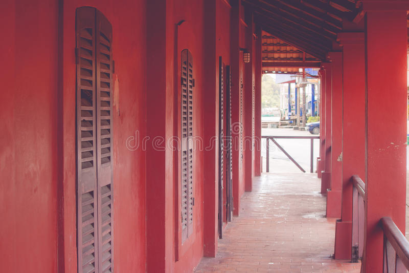 Scavi una galleria il passaggio pedonale o il sentiero per pedoni in vecchie costruzioni rosse fotografia stock libera da diritti