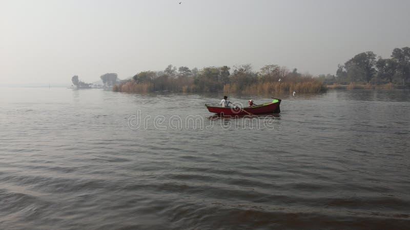 scebes al aire libre de barcos flotantes en el lago imagenes de archivo