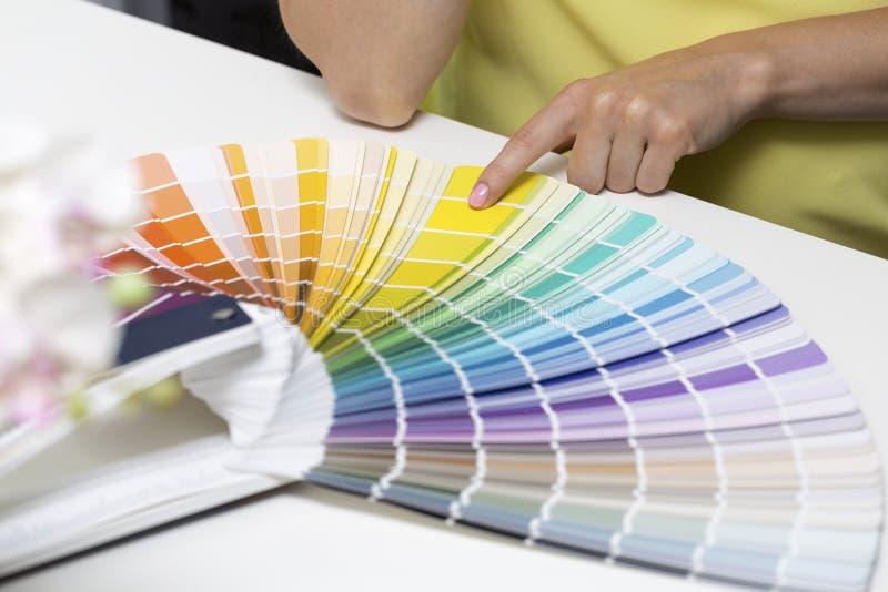Scegliendo colore della pittura dai campioni di tono fotografia stock libera da diritti