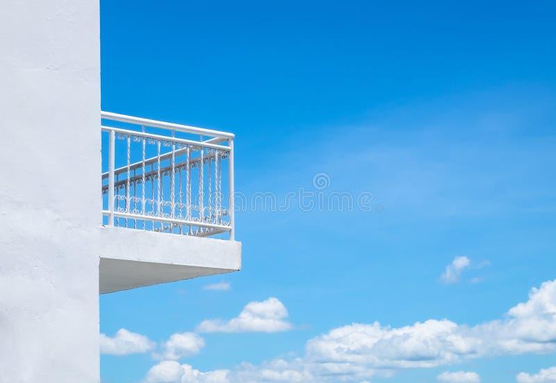 Scelga il balcone bianco su costruzione con il cielo blu e le nuvole immagine stock libera da diritti
