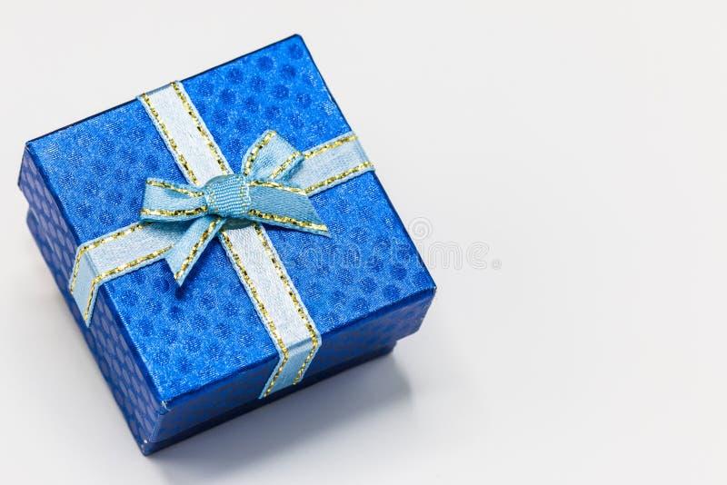 Scelga il contenitore di regalo blu con il nastro d'argento su fondo bianco immagini stock libere da diritti
