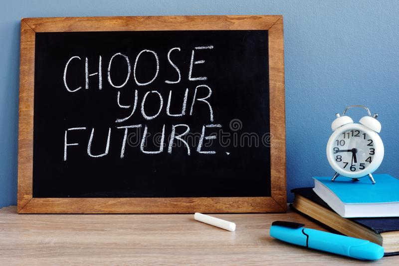 Scelga il vostro futuro scritto su una lavagna fotografie stock libere da diritti