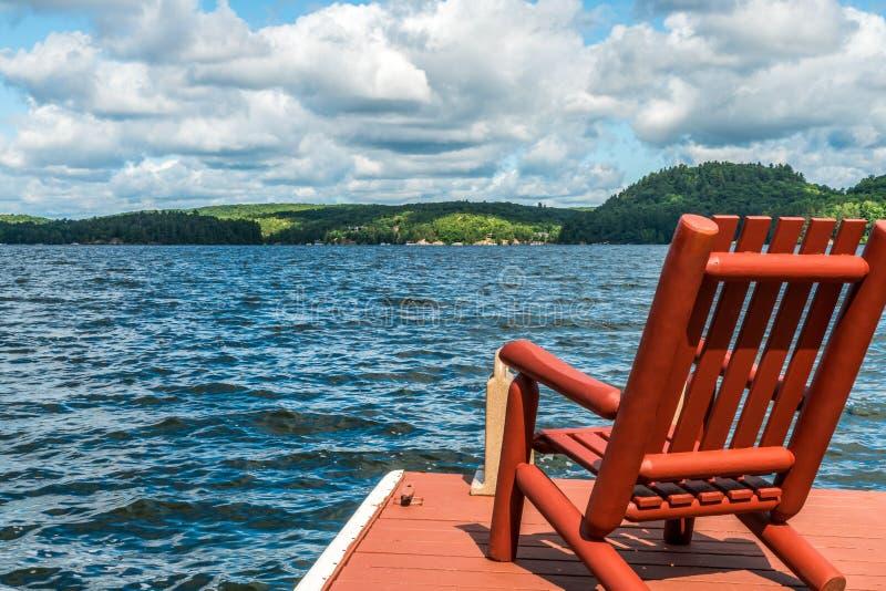 Scelga la sedia di legno sul bacino su un pomeriggio delle fine dell'estate fotografie stock libere da diritti