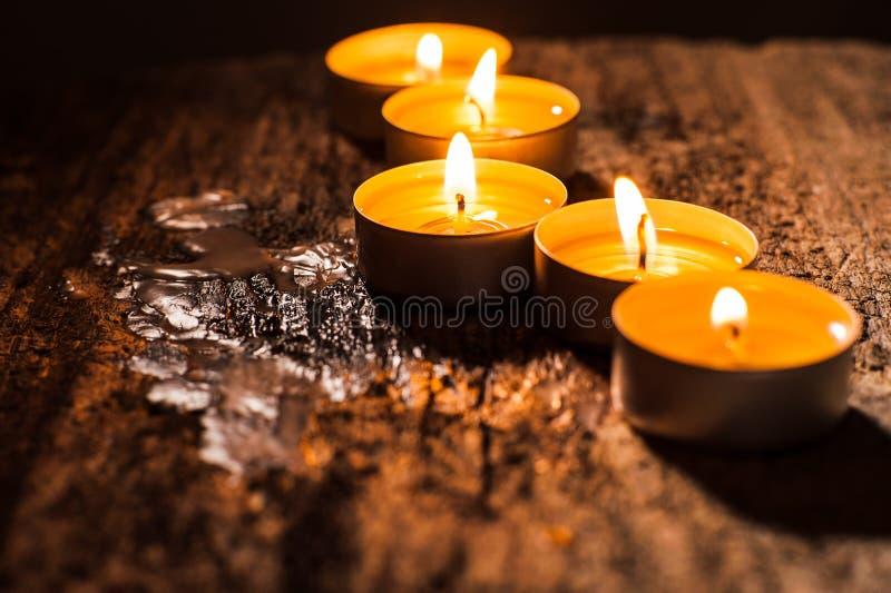 Scelga le candele accese Esamina in controluce il nuovo anno fotografie stock libere da diritti
