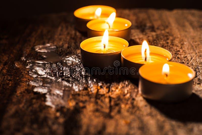 Scelga le candele accese Esamina in controluce il nuovo anno immagini stock libere da diritti
