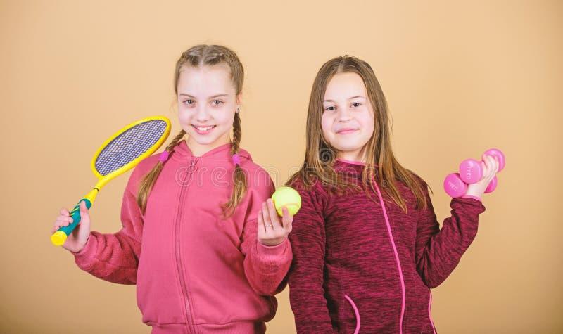Scelgo questo Trascorrere molto tempo insieme allenamento in palestra di ragazze adolescenti Piccola ragazza Fitness barbell rack fotografie stock