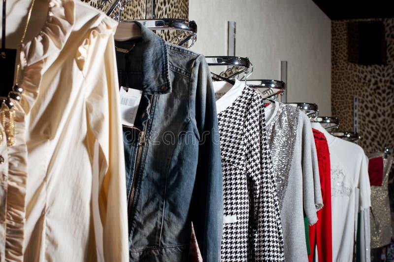 Scelta dei vestiti di modo immagini stock libere da diritti