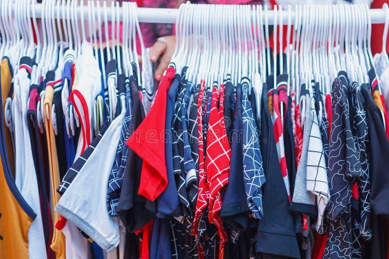 Scelta dei vestiti di modo dei colori differenti immagini stock