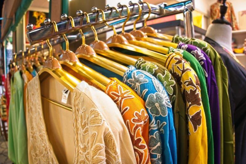 Scelta dei vestiti di modo dei colori differenti sui ganci immagini stock libere da diritti