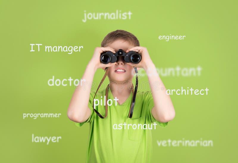 Scelta del concetto futuro di professione Ragazzo sveglio con il binocolo sopra fotografie stock libere da diritti