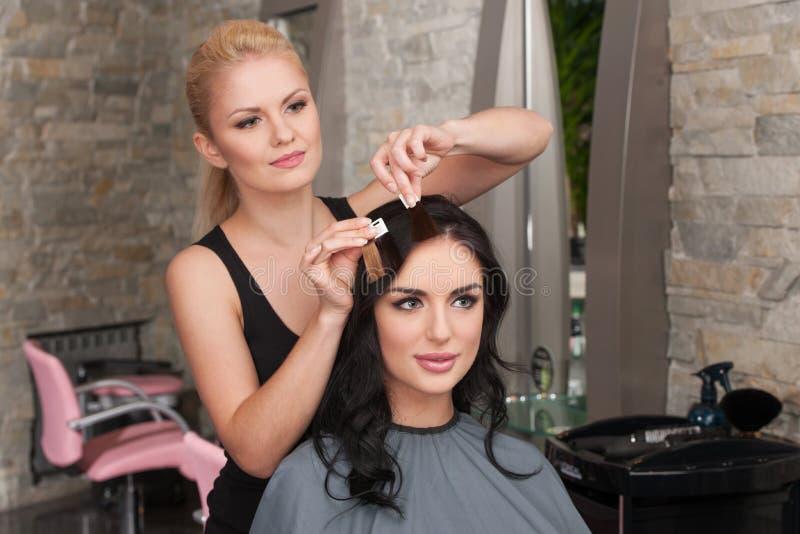 Scelta del tono di capelli nel salone di capelli fotografia stock libera da diritti