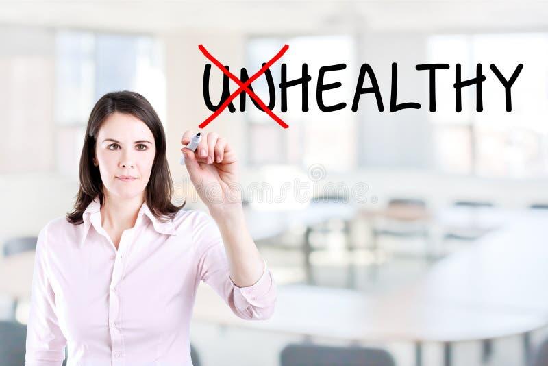 Scelta della donna di affari sana invece di non sano Fondo dell'ufficio fotografia stock libera da diritti