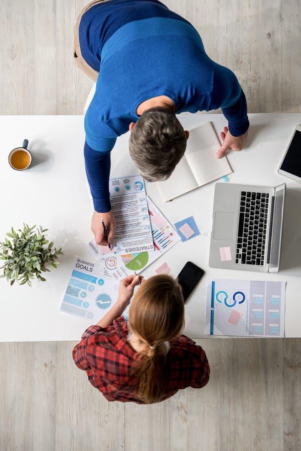 Scelta delle strategie di marketing alla riunione fotografia stock libera da diritti