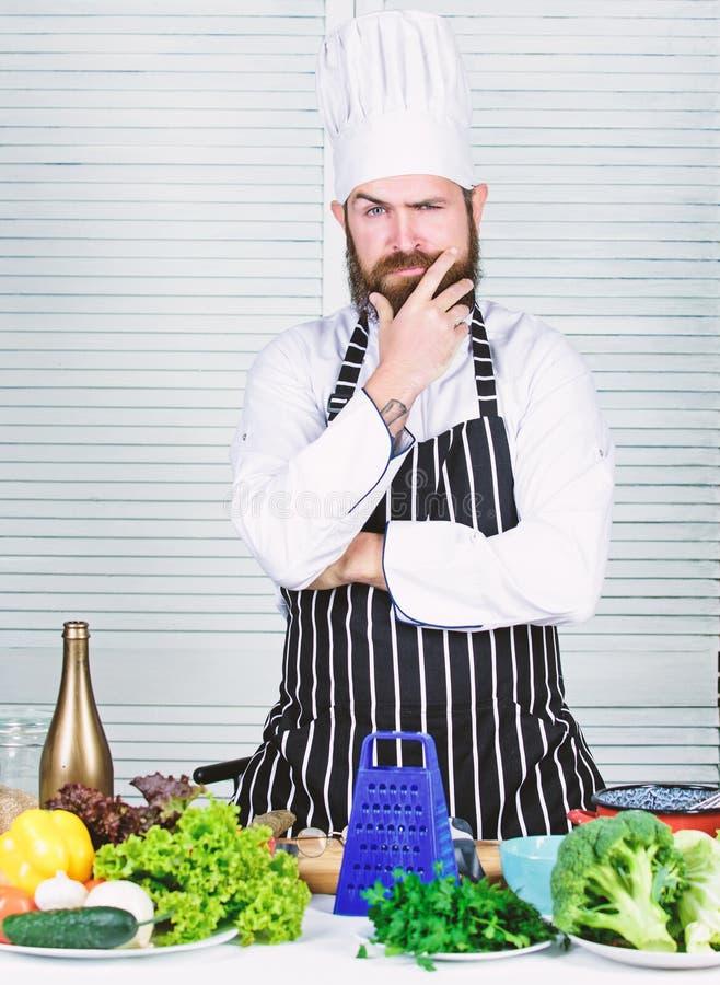 Scelta delle verdure pi? fresche per insalata uomo barbuto sicuro ricetta del cuoco unico Alimento biologico stante a dieta Cucin fotografia stock