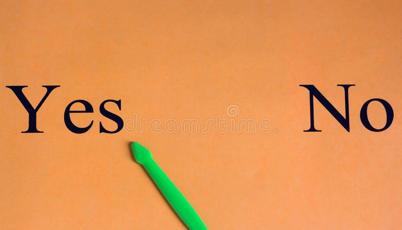 Scelta difficile Sì o questionario di no Parole su un fondo arancio motivazione Successo La freccia verde seleziona sì immagini stock libere da diritti