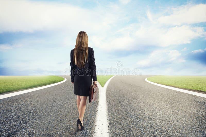 Scelte di una donna di affari all'strade trasversali Concetto della decisione immagine stock