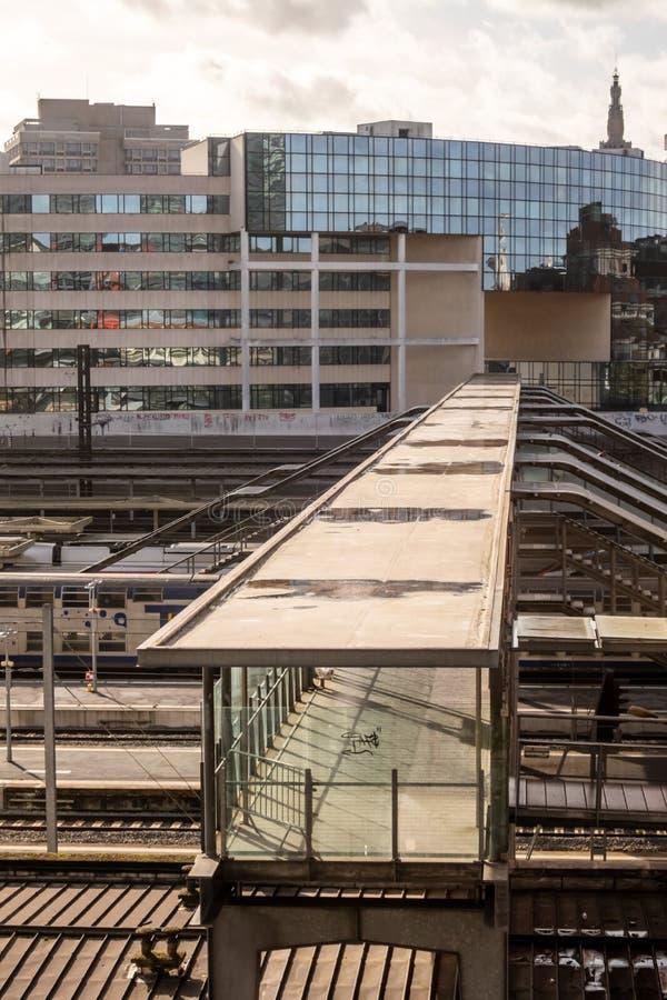 Scen: Walkway vid stationen Lille-Flandres, Lille, Frankrike arkivbilder