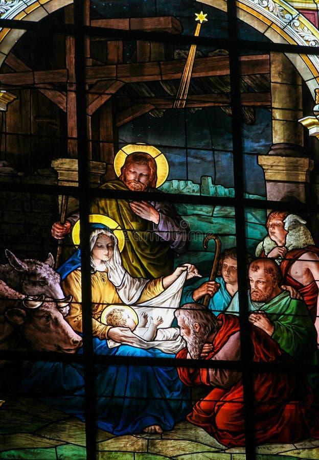 Scena al Natale - finestra di natività di vetro macchiato immagini stock libere da diritti