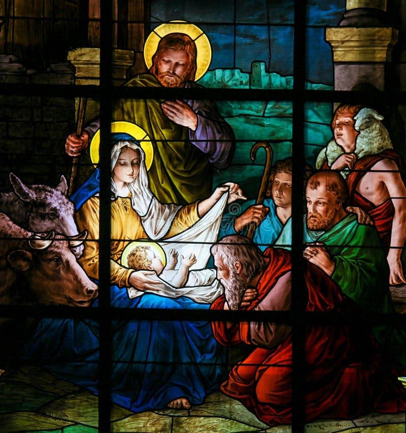 Scena al Natale - vetro macchiato di natività immagine stock