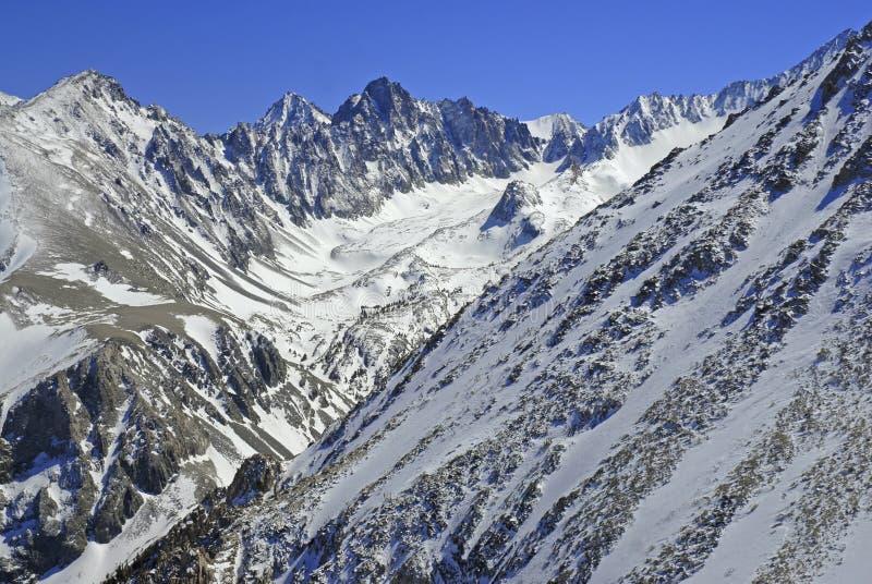 Scena alpina con le montagne ricoperte neve fotografia stock libera da diritti