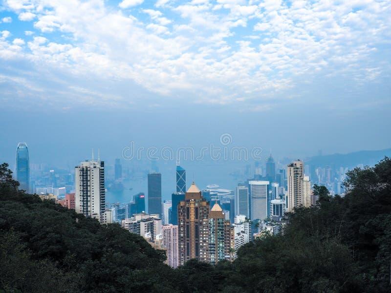 Scena ammucchiata dell'orizzonte di Hong Kong con i grattacieli e le costruzioni di appartamento strettamente imballati con il fo fotografia stock libera da diritti